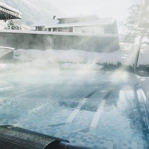 Außenwhirlpool im Alpenhotel Montafon in Schruns